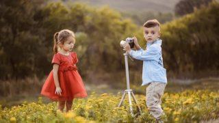 写真を撮る男の子と女の子